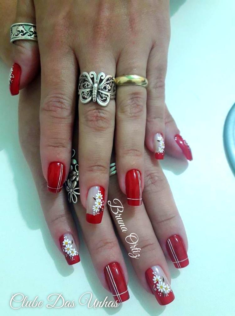 Unhas decoradas em vermelho