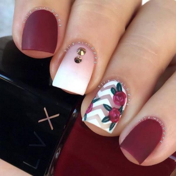 Unhas decoradas com rosas