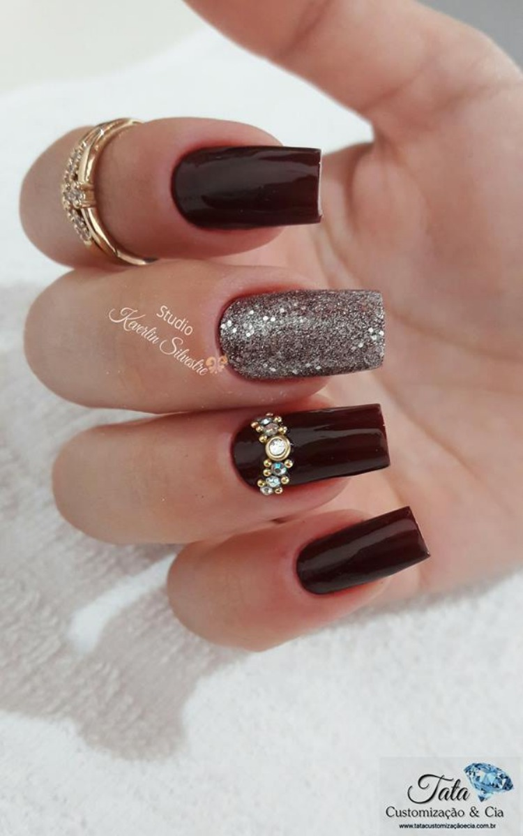 Unhas decoradas com strass