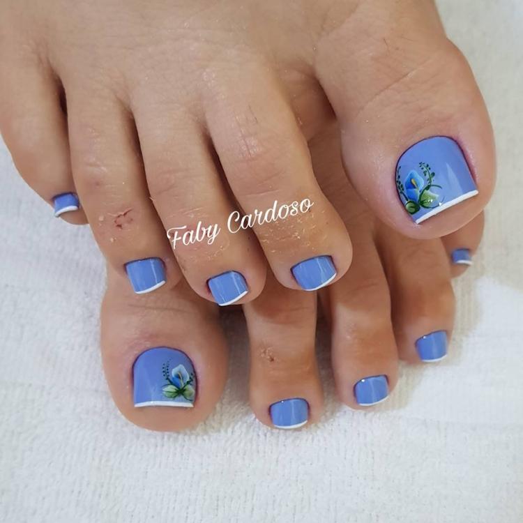 Unhas com esmalte azul, super delicadas16