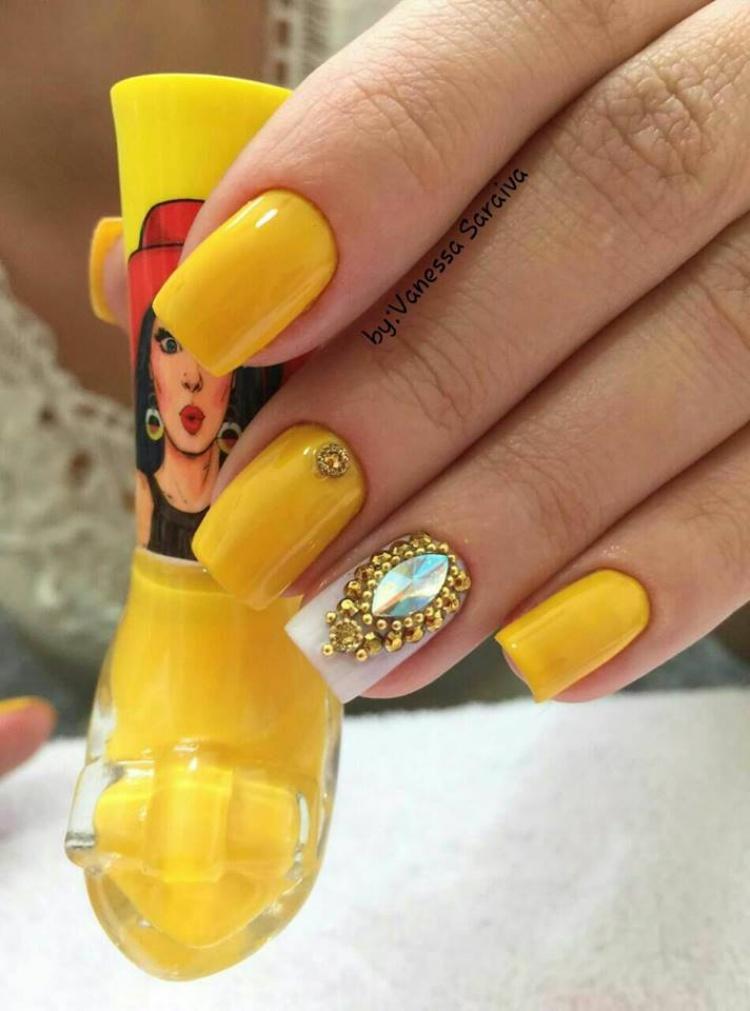 Unhas amarelas decoradas com esmaltes diferentes
