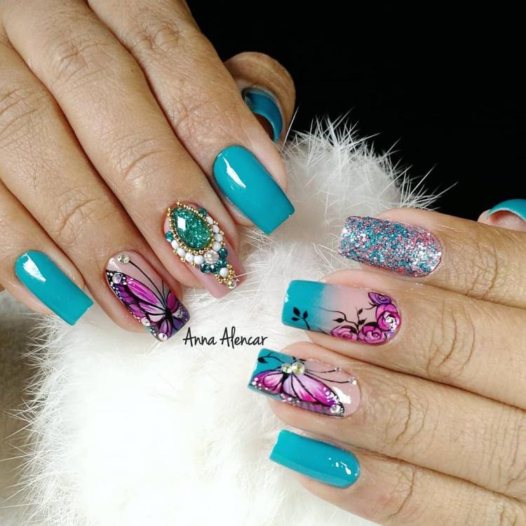 Unhas decoradas com borboletas lindas e brilhosas, vários modelos