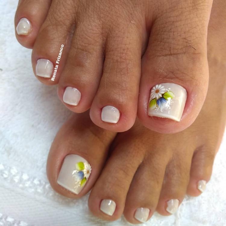 Unhas dos pés decoradas com adesivos, veja modelos variados