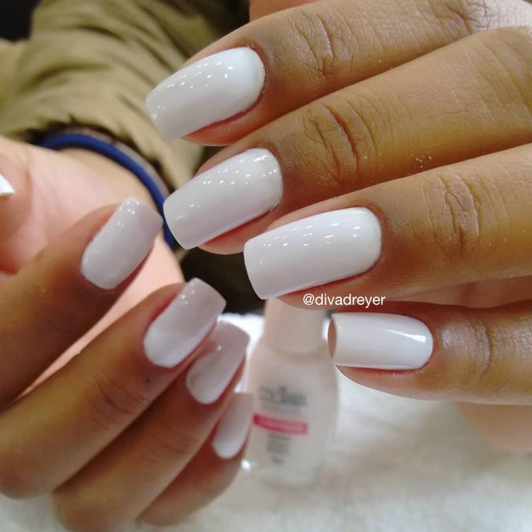 22 Unhas pintadas de branco com combinações de esmaltes