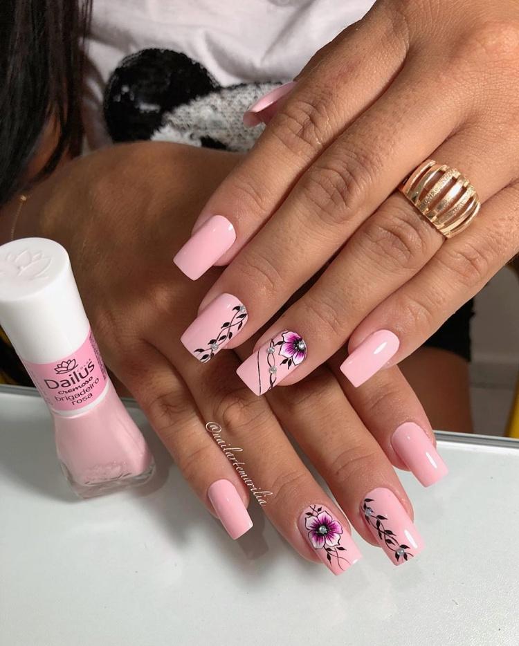 Unhas decoradas com esmalte cor de rosa, maravilhosas