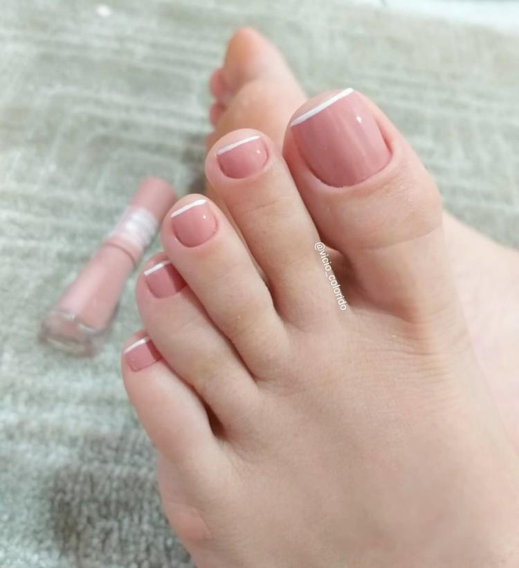 18 Fotos e modelos de unhas nude dos pés com combinação de esmaltes