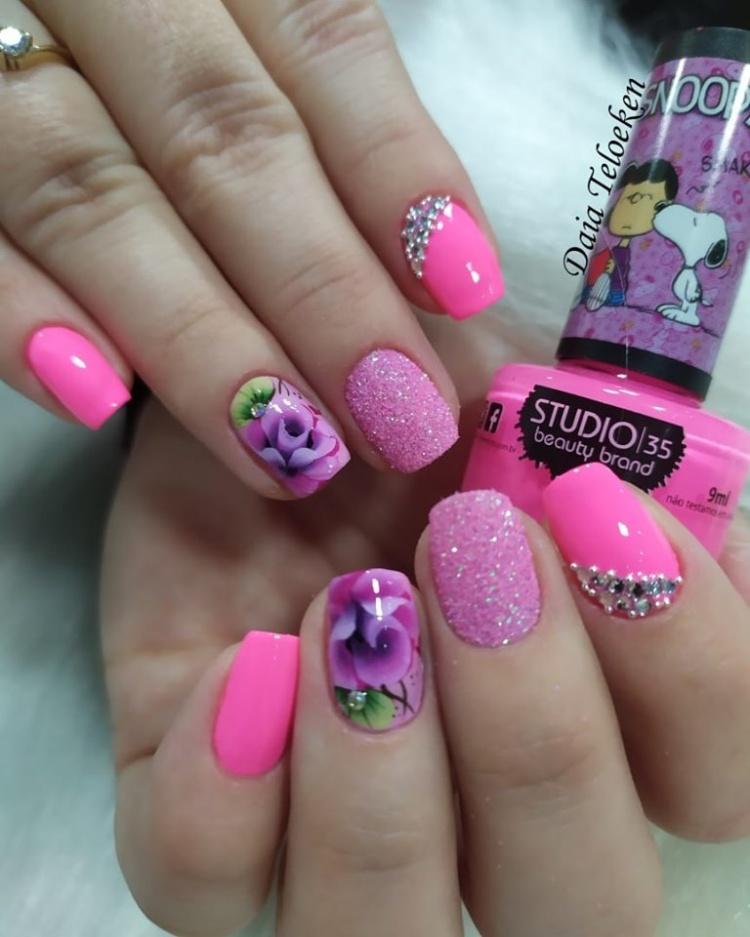 18 Modelos de unhas com decorações de flor31