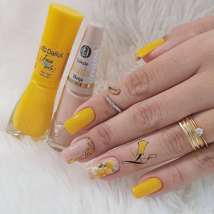 Unhas com esmalte amarelo