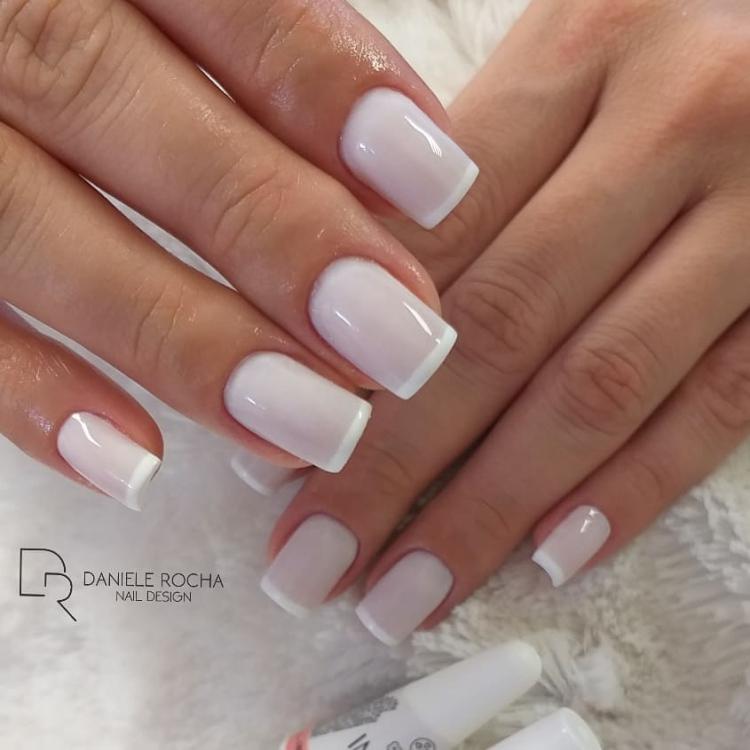 Unhas esmaltadas com combinações de esmaltes brancos
