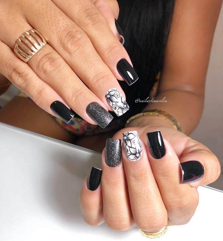 Unhas decoradas com esmalte preto