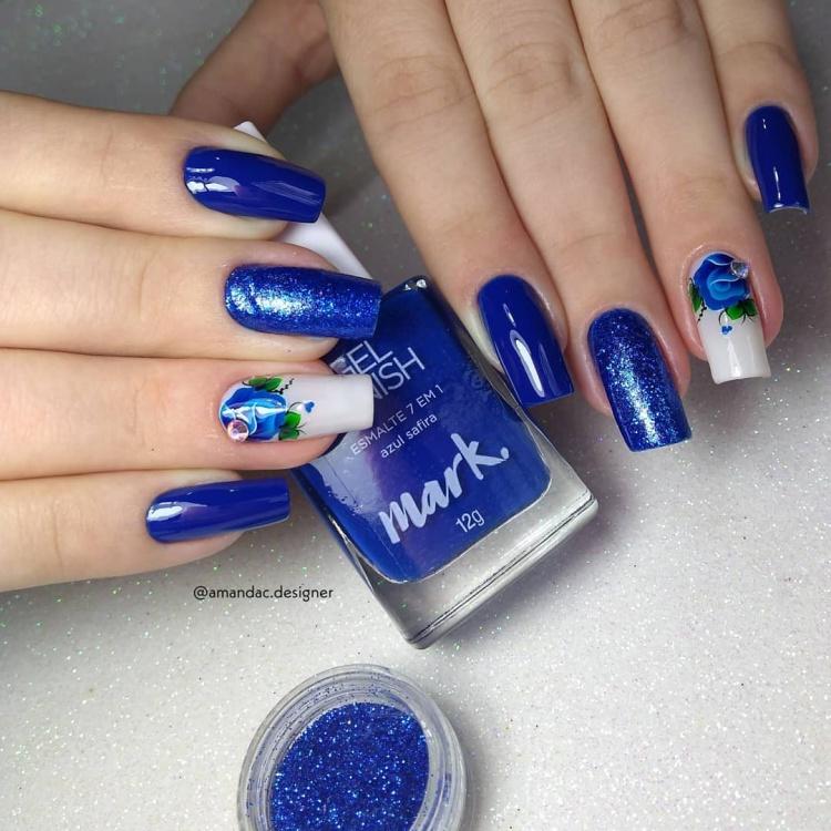 Unhas com esmalte azul 2