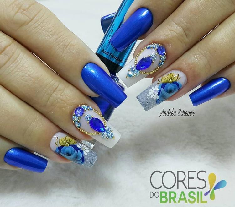 Unhas com esmalte azul