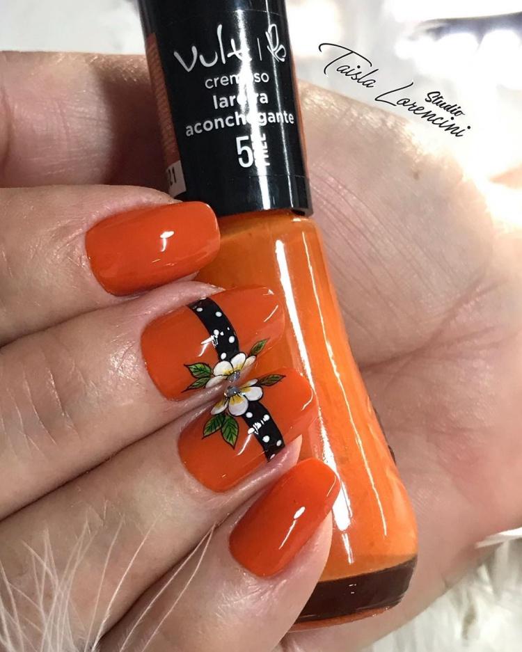 Unhas com esmalte laranja