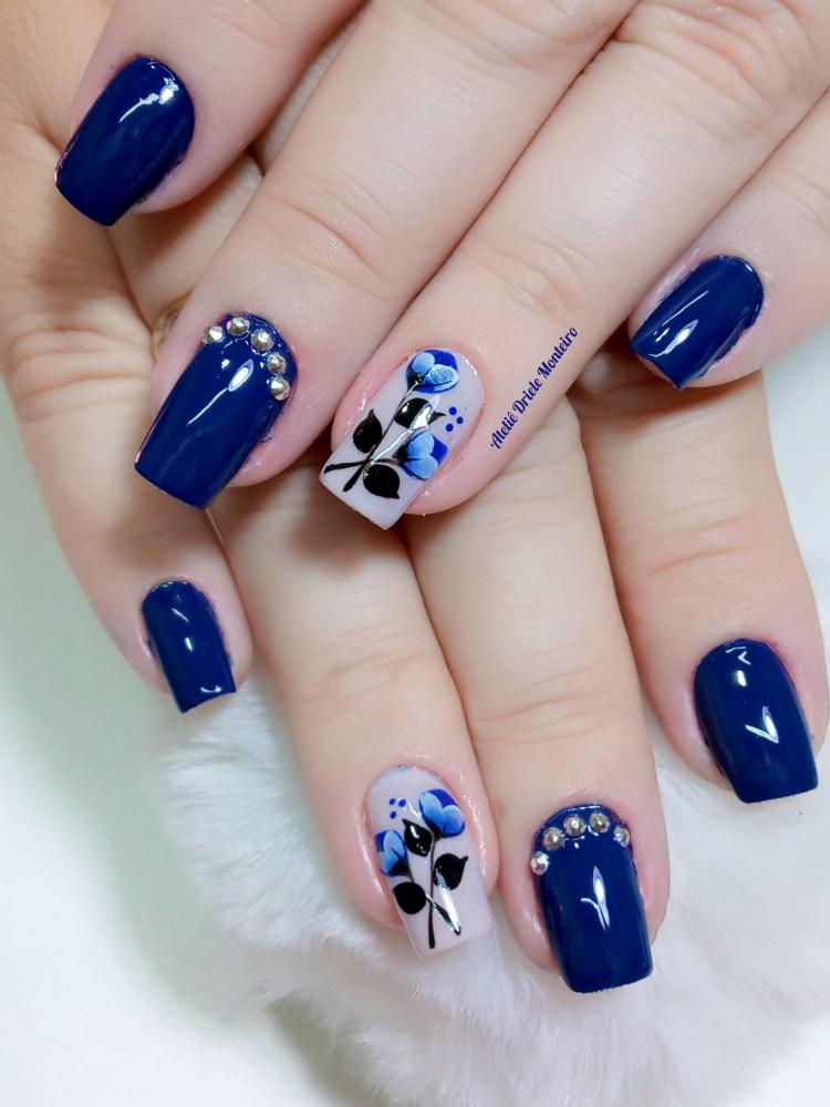 Unhas esmaltadas em azul501