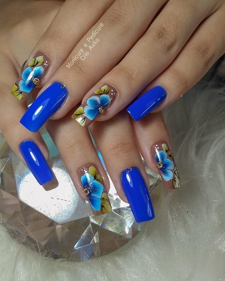 Unhas esmaltadas em azul502