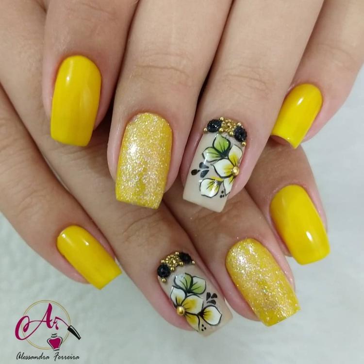 Unhas com esmalte amarelo1