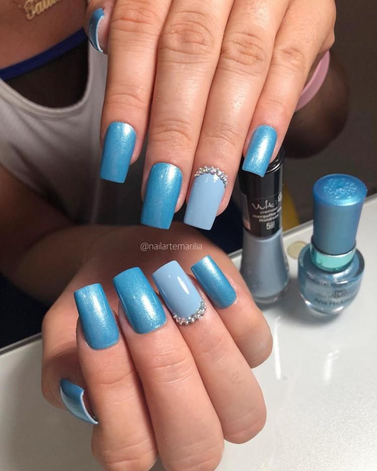 unhas decoradas com esmalte azul claro