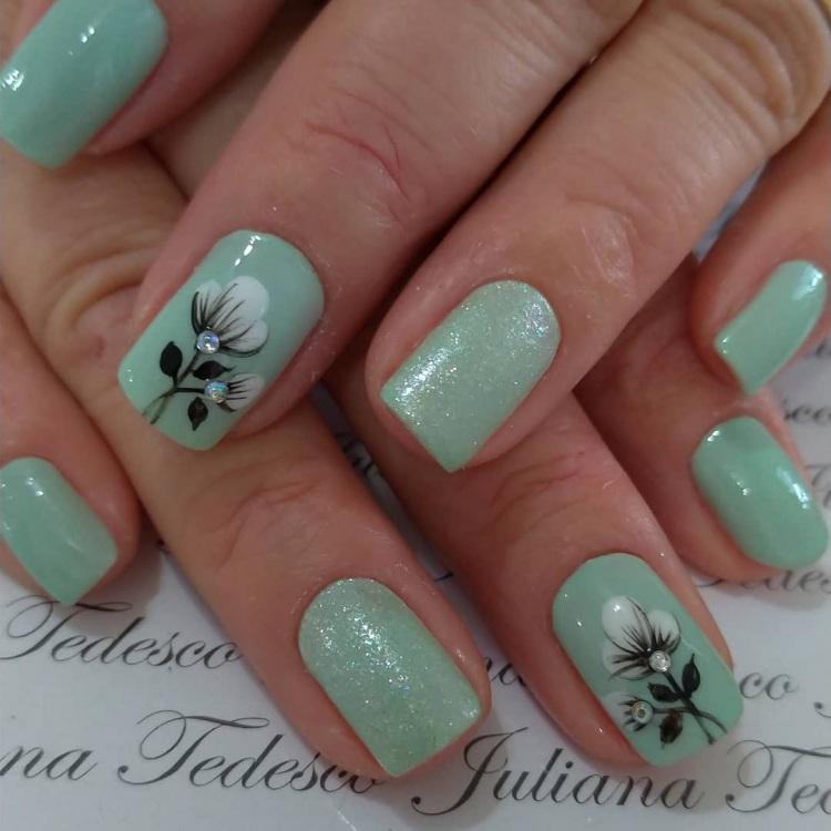 Unhas com esmalte verde para convidadas de casamento