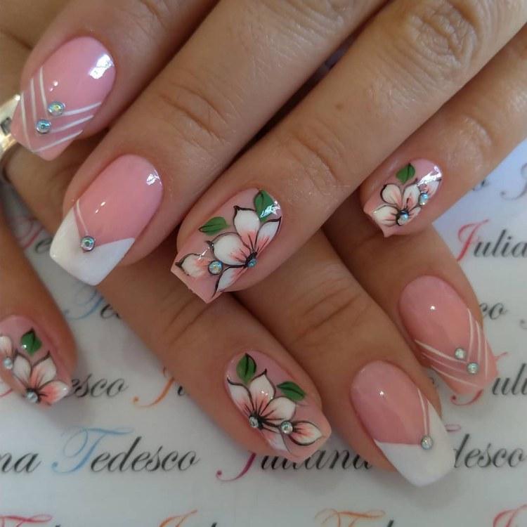 Modelos de decorações de unhas com desenhos de flores