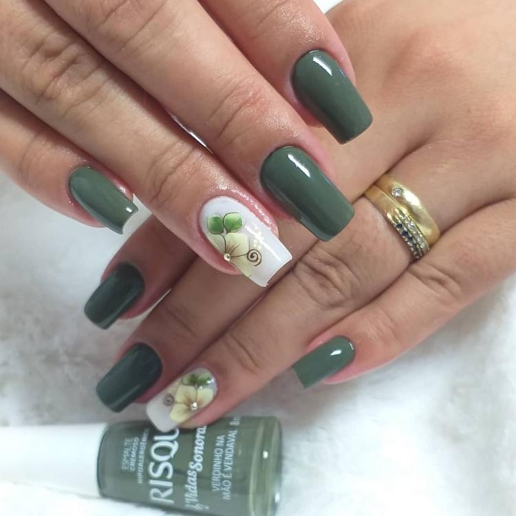 Unhas com esmalte verde