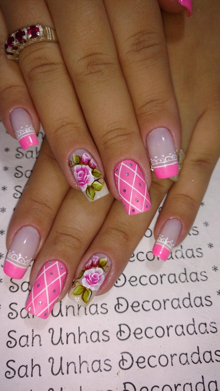 Unhas decoradas com esmalte Rosa