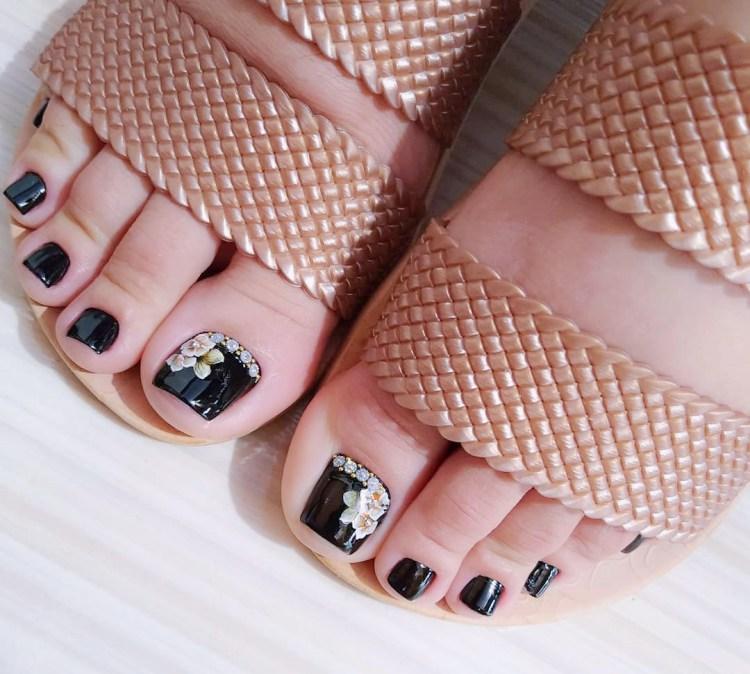 Unhas dos pés com joias