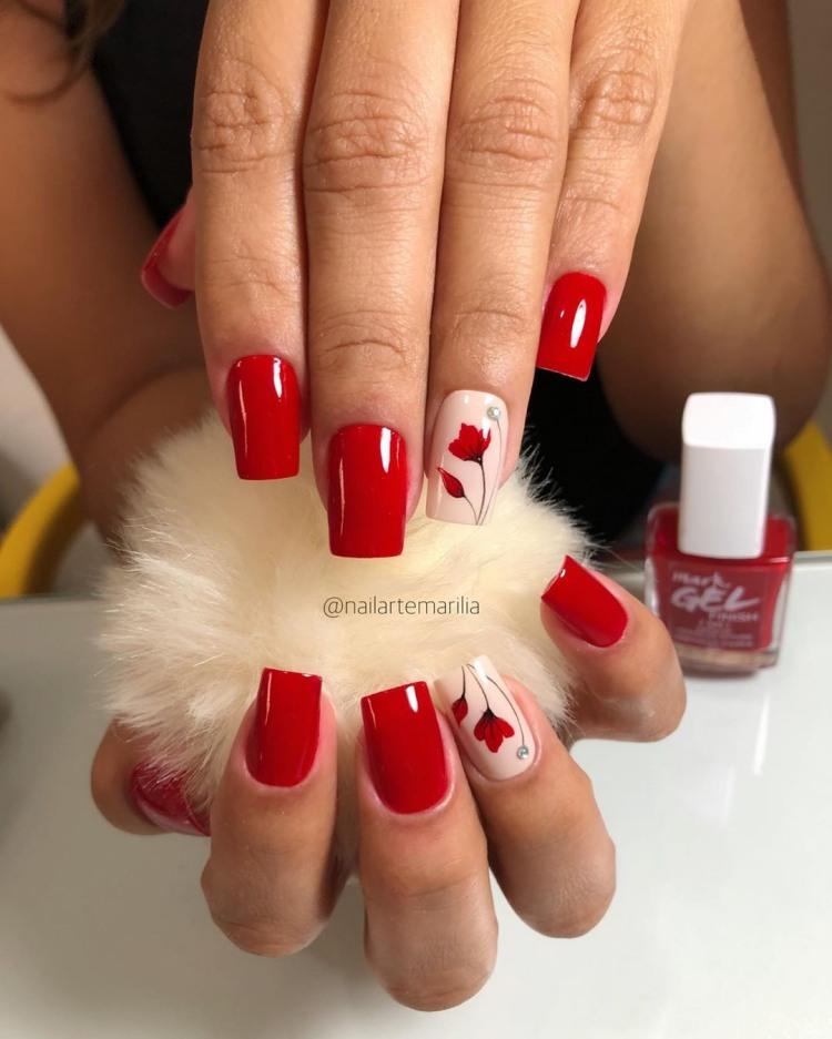 Unhas com esmalte vermelho