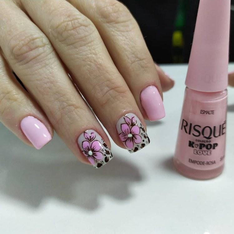 Unhas decoradas e esmaltadas em rosa