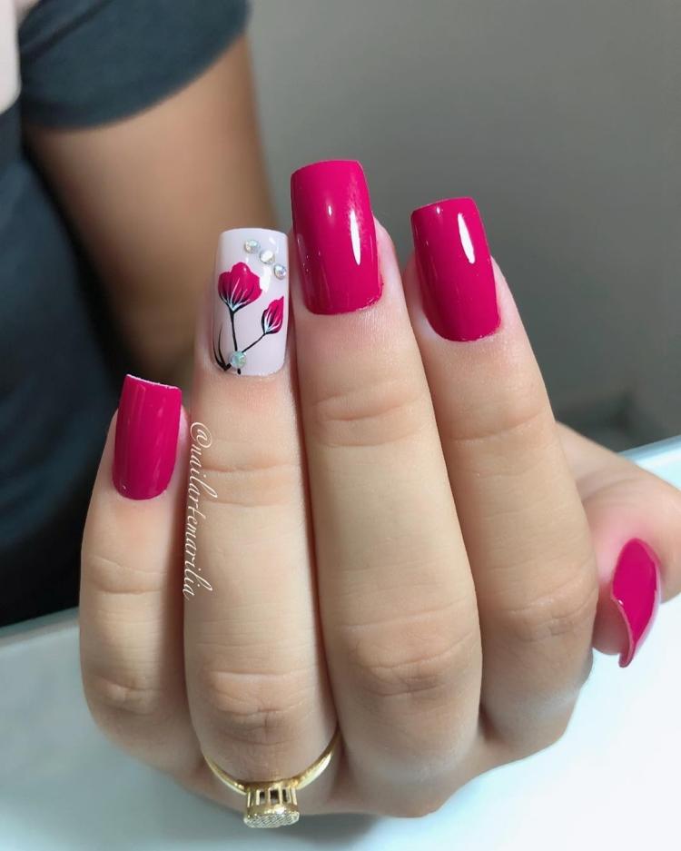 Unhas com esmalte rosa