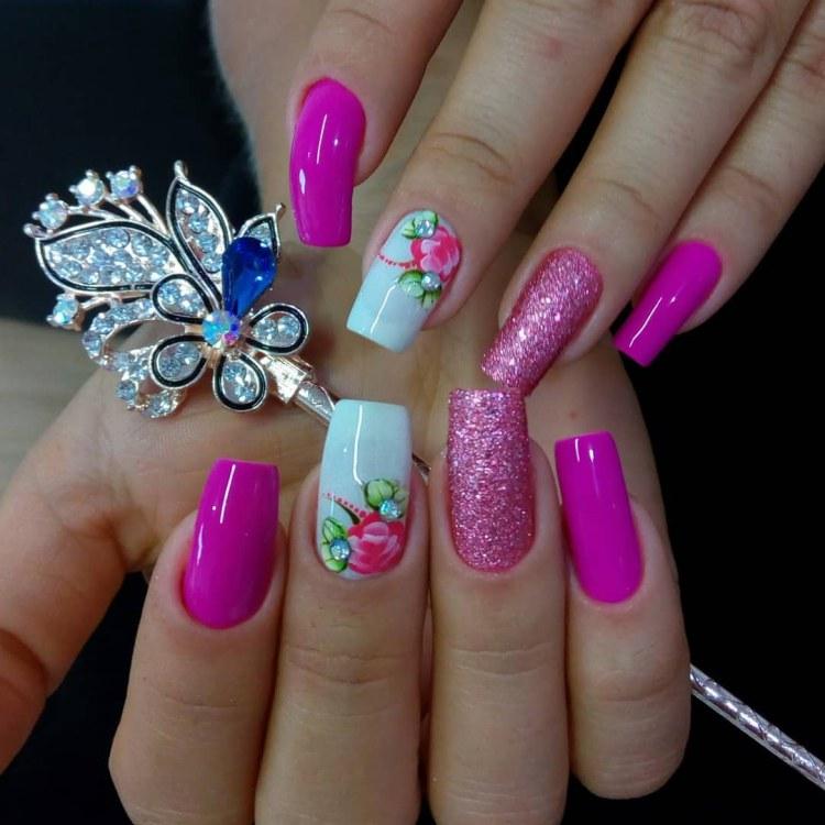 Unhas coloridas com glitter