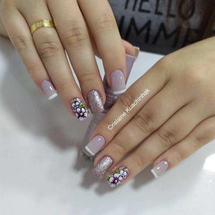 18 decorações de unhas com esmalte brilhoso para você fazer709
